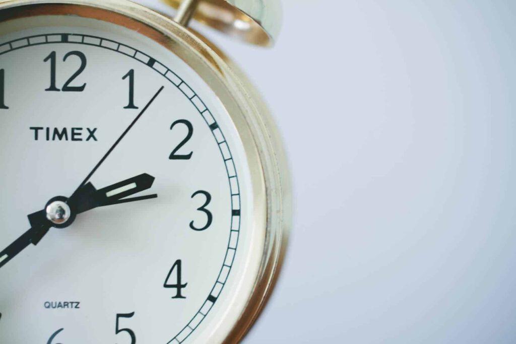 Das Foto zeigt eine Uhr welche den Vorteil der Zeitunabhängigkeit des asynchronen remote Usability Test veranschaulicht.