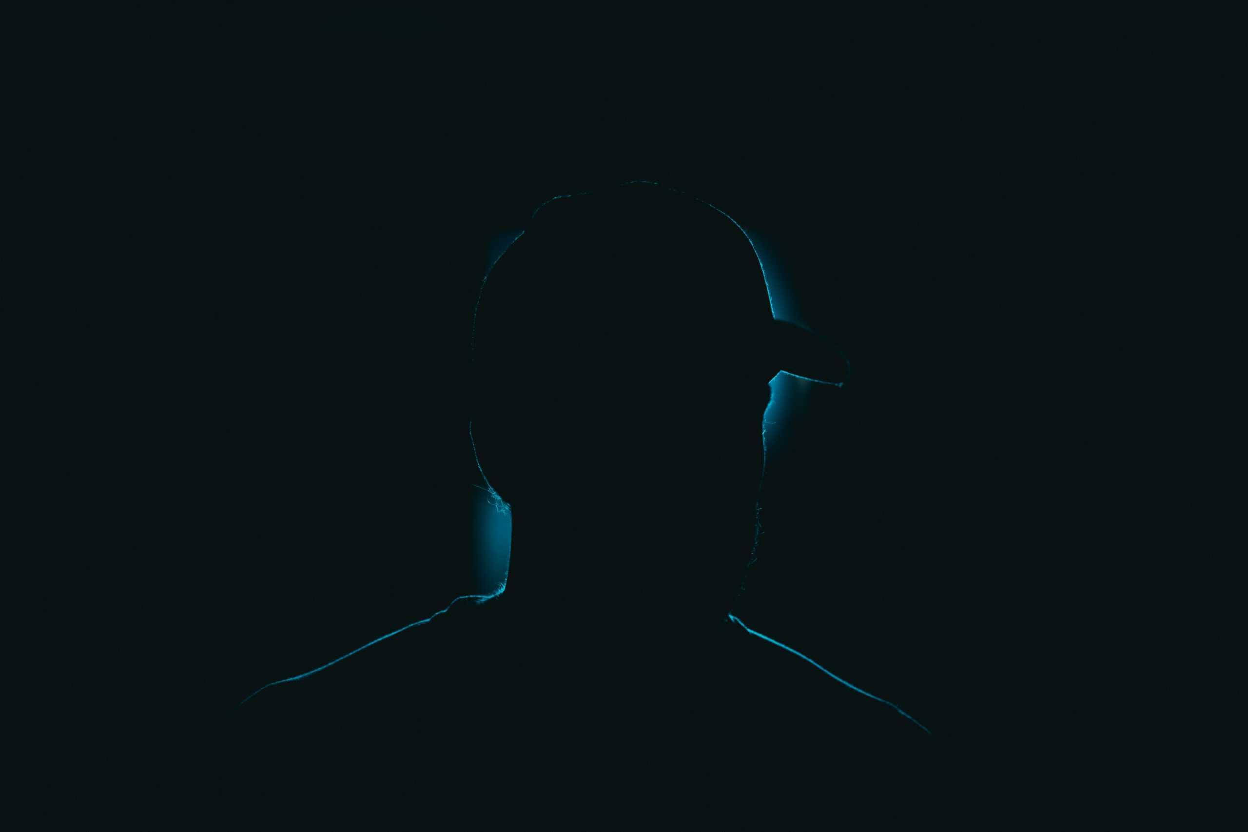 Titelbild zum Thema Dark UX - Es zeigt die dunkle silhoutte eines Mannes