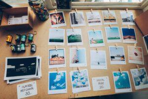 Das Bild zeigt einige Bilder welche auf einem Tisch gelegt wurden. Diese sind wie in dem Gesellschaftsspiel Memory angeordnet. Normalerweise können Menschen sich 7±2 dieser Bilder merken.